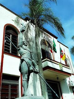 Monumento a Sepé Tiaraju em frente à Prefeitura Municipal de São Luiz Gonzaga.