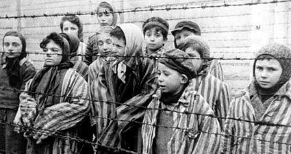 Eva Kor en el campo de concentración de Auschwitz. Fuente: https://todaslassombras.blogspot.mx/2016/09/el-perdon-de-eva-kor.html