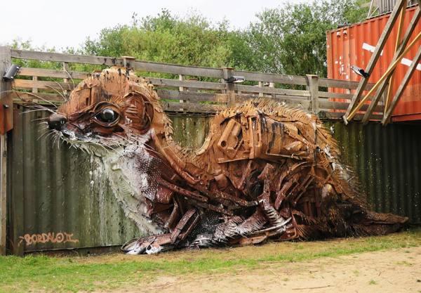 فنان يحول القمامة رسالة البيئة