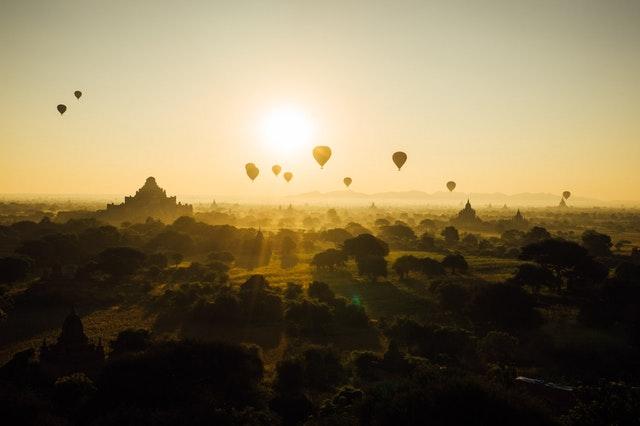 Globos aerostáticos sobre Bagan al amanecer