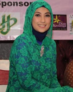 Style Fashion Artis Pakai Baju Muslim
