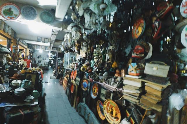 Benda kuno yang dijual di pasar Triwindu Solo