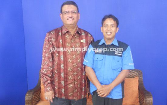 FOTO BERSAMA : Penulis (kanan) berfoto bersama dengan Rektor Universitas Tanjungpura Pontianak, Prof.Dr.H.Thamrin Usman DEA dalam sebuah kesempatan beberapa tahun yang lalu.  Dokumen Pribadi
