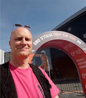 live caricaturist Hugo Freutel in Giro d'Italia kleur Roze