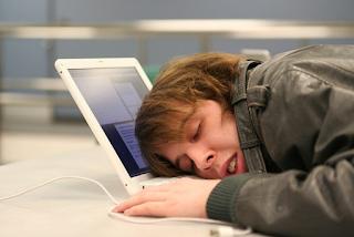 MicroSleep – Bahaya yang tak disangka MicroSleep atau tertidur seketika antara 1 saat sehingga 30 saat cukup berbahaya yang ramai tak sedar atau ambil peduli. Bahaya apabila terjadinya microsleep akan memberi kesan kepada diri sendiri dan keluarga. Definisi MicroSleep MicroSleep atau tidur micro adalah suatu keadaan di mana tubuh akan mengalami fasa tidur namun dalam jangka masa yang sangat singkat. Seperti AM tuliskan di atas, microsleep biasanya terjadi antara 2 saat sehingga 30 saat sahaja tetapi jangka masa ini amat singkat untuk di anggap tidur. MicroSleep bukanlah suatu penyakit, tetapi ia adalah suatu keadaan automatic apabila badan terlalu penat dan otak cuba mentafsirkannya dan mengarahkan badan untuk berehat. MicroSleep – Bahaya yang tak disangka Jika kita membawa kenderaan dan terjadinya microsleep, mungkin ini adalah kenderaan yang terakhir yang kita bawa sendiri. Microsleep kerap kali terjadi kepada pemandu kenderaan pada jarak jauh. Faktor Penyebab MicroSleep Disebabkan beberapa factor yang boleh terjadinya MicroSleep adalah:- Kepenatan fizikal Jadual kerja yang tidak tetap Kurang waktu tidur Keletihan mental Kemurungan Cara Mengatasi MicroSleep Ada beberapa tips yang boleh dilakukan untuk mengelak microsleep, mungkin berguna kepada mereka yang berkenderaan jangka masa yang panjang. Ambil masa untuk berehat setelah memandu untuk seberapa ketika 3 atau 4 jam. Jika memnadu untuk jarak yang jauh, sebaiknya mencari teman untuk berbual sepanjang perjalanan Jika memandu keseorangan pastikan muzik di radio di main kernan ini mungkin dapat mengelakkan terjadinya microsleep. MicroSleep – Bahaya yang tak disangka Apapun AM tegaskan untuk mendapatkan rehat yang secukupnya kerana dengan berehat dan tidur yang cukup sahaja mampu menyediakan tubuh badan yang cergas. Pengalaman AM sendiri AM juga pernah beberapa kali mengalami situasi microsleep atau tertidur di dalam sedar. Pernah juga membawa penumpang dan AM tertidur ketika membawa kereta di lebuhraya.