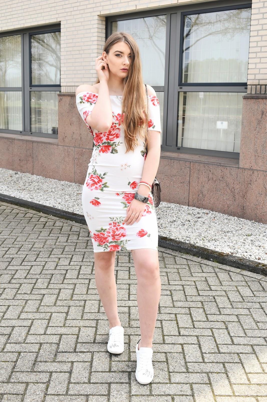 Co nosić do sukienki w kwiaty
