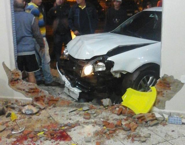 Palmital: Motorista perde o controle e invade lanchonete no centro da cidade