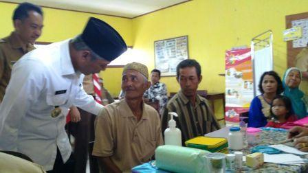 Bupati Iskandar Sambangi Korban Banjir Desa Balian