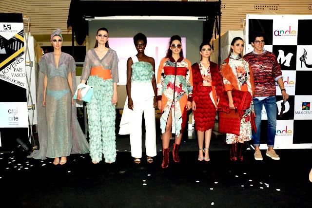 Eder Aurre posa con las modelos de su colección ganadora