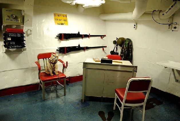http://4.bp.blogspot.com/-oF4izOfMONw/UiSeSAlCVSI/AAAAAAAAt0s/7wbWfMrIM1I/s1600/USS_Missouri_-_Marine_Detachment_OfficeMA29266304-0005.jpg