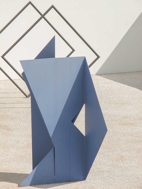 Uma escultura azul sem título