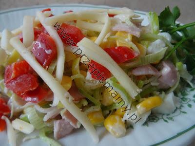 Sałatka z serem żółtym i ananasem