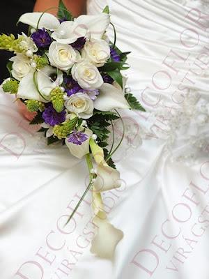 Csepp formájú menyasszonyi csokor, mely fehér rózsából és lila kis virágból készült