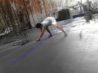 Material berbentuk bubuk (powder) yang ditaburkan pada beton basah dan kemudian dilakukan finishing dengan menggunakan mesin trowel