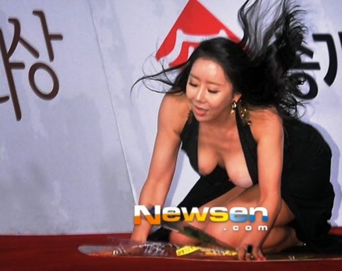 Ha Na Kyung falling after tripping on her dress, exposing her breast