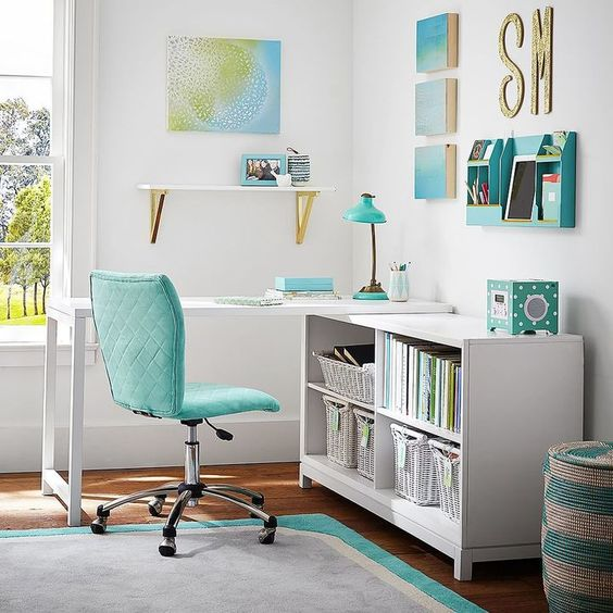 scrivania sedia mensola lampada scaffali