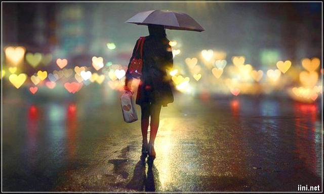 cô gái đi 1 mình dưới cơn mưa