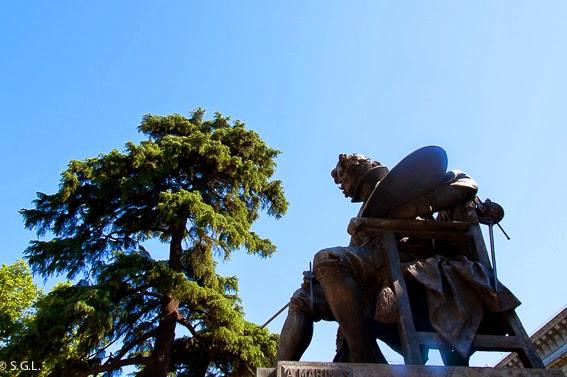 Velazquez frente al Museo del Prado. Madrid mas que el oso y el madroño