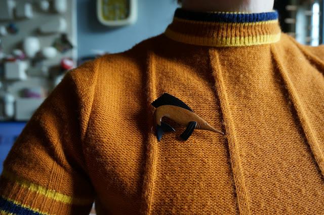 broche en bois espadon  broadsword wooden brooch vintage