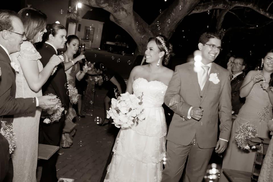 cerimônia - altar - casamento ao ar livre - noivos - saída dos noivos - chuva de bolhas de sabão - chuva de bolinha de sabão - bolhas de sabão - bolinha de sabão