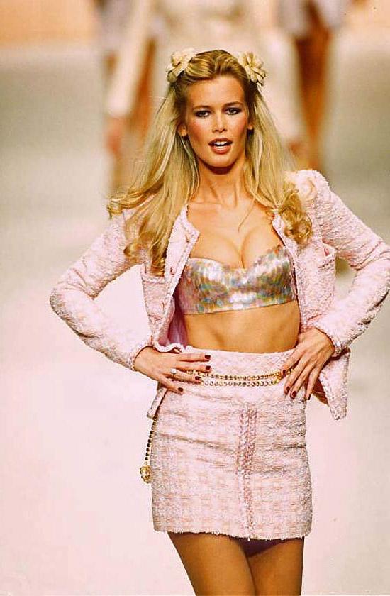 Какие ассоциации вызывает мода 90-х  Потертые вареные джинсы или короткие  юбки, кожаные косухи, зачастую с широкими большими плечами, рваные топы или  топы ... 32a683db5fb