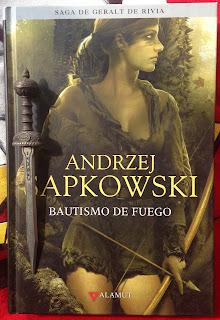 Portada del libro Bautismo de fuego, de Andrzej Sapkowski