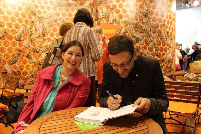 Lutz Geißler schreibt ein Autogramm für die liebe Jeanette von Cuisine Violette.