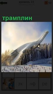 В зимнее время показан высокий трамплин для лыжников