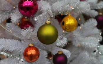 Wallpaper: White Christmas Tree with Balls