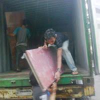 Proses Loading barang ke truk.