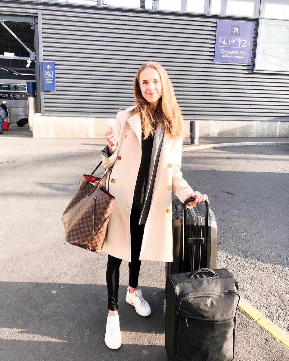 Airport travel outfit: leggings, t-shirt, blazer, trench coat - Matkustusasu: leggings, t-paita, ruutubleiseri ja trenssitakki