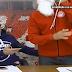 ΦΟΒΕΡΗ ΕΝΑΡΞΗ ΤΣΟΥΚΑΛΑ ως Άγιος Βασίλης με... δώρα! - Δείτε το βίντεο εδώ