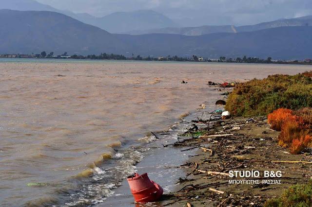 Φερτά υλικά από τα ρέματα έχουν κατακλύσει την παραλιακή στο Ναύπλιο (βίντεο)