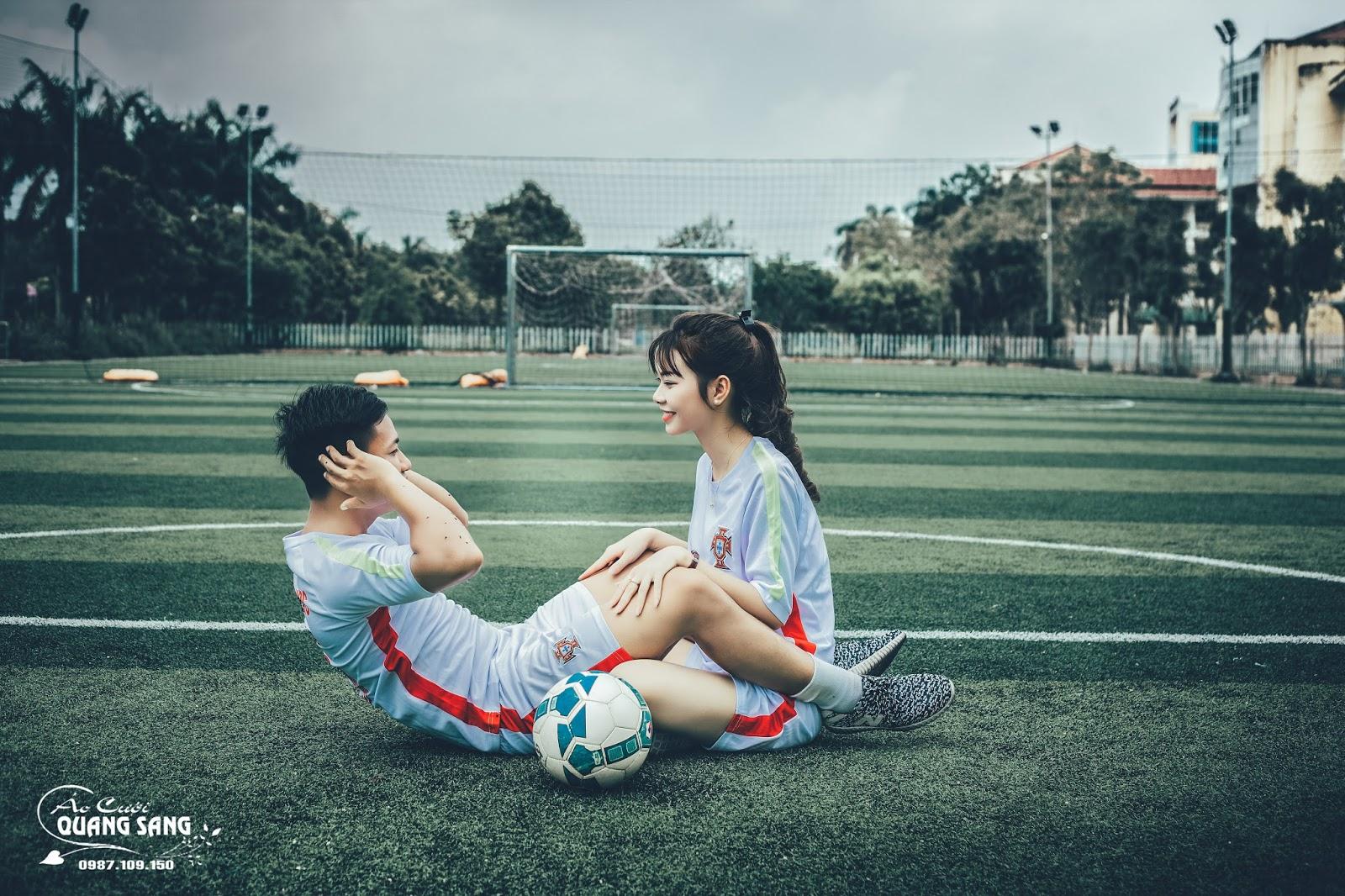 Bộ ảnh của cặp đôi được thực hiện theo cách độc đáo, thể hiện niềm đam mê bất tận với trái bóng tròn, đặc biệt với môn Bóng Đá \u2013 một môn ...