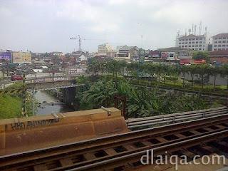melintas di atas kali di Kota Yogyakarta