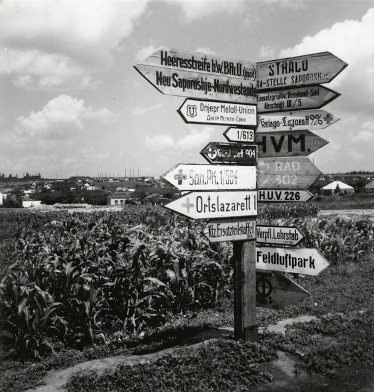 Señales de tráfico alemanas para las tropas. Cerca de Saporischschja.