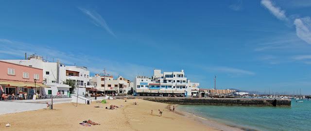 Playa-urbana-y-familiar-de-corralejor-en-el-norte-de-fuerteventura