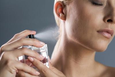 Ilustrasi memakai Parfum
