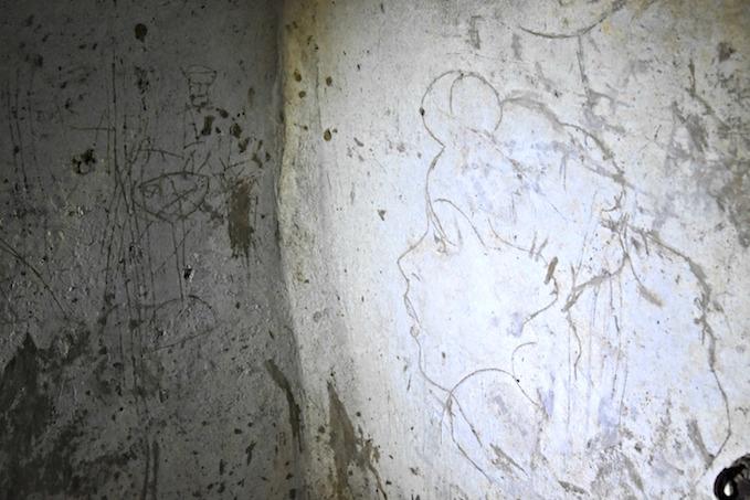 graffiti nei cunicoli di Napoli sotterranea