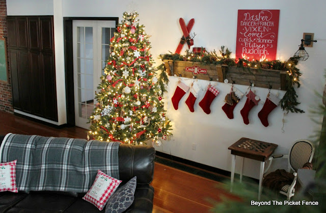 rustic farmhouse Christmas, pallet shelf, Christmas home tour, old schoolhouse, https://goo.gl/xpejCP