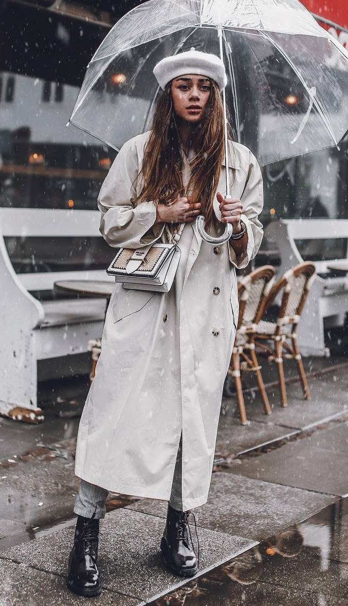 how to style a white trench coat : plaid pants + black boots + crossbody bag