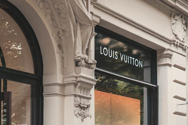 Louis Vuitton es una de las marcas de Moda más reconocidas y exquisitas en la actualidad. Y es que su gran fama no viene desde hace poco, es una marca que se ha ido construyendo desde hace años atrás y que crece con el paso de los años.     Para entender un poco más a esta marca tan reconocida, empecemos hablando de su creador y director creativo. Louis Vuitton, fué un diseñador y hombre de negocio francés, quién falleció en el año 1892. El gran empresario comenzó vendiendo equipajes de viaje en Paris y creo que jamás se imaginaría el gran legado que dejaría la marca que lleva su nombre.     Luego de su muerte, su hijo George tomó las riendas de su marca, creando así el famoso monograma LV que hoy día es tan solicitado.    Ahora bien, que tiene esta marca que la hace tan deseada y por la cual muchas mujeres pagan tanta cantidad de dinero?