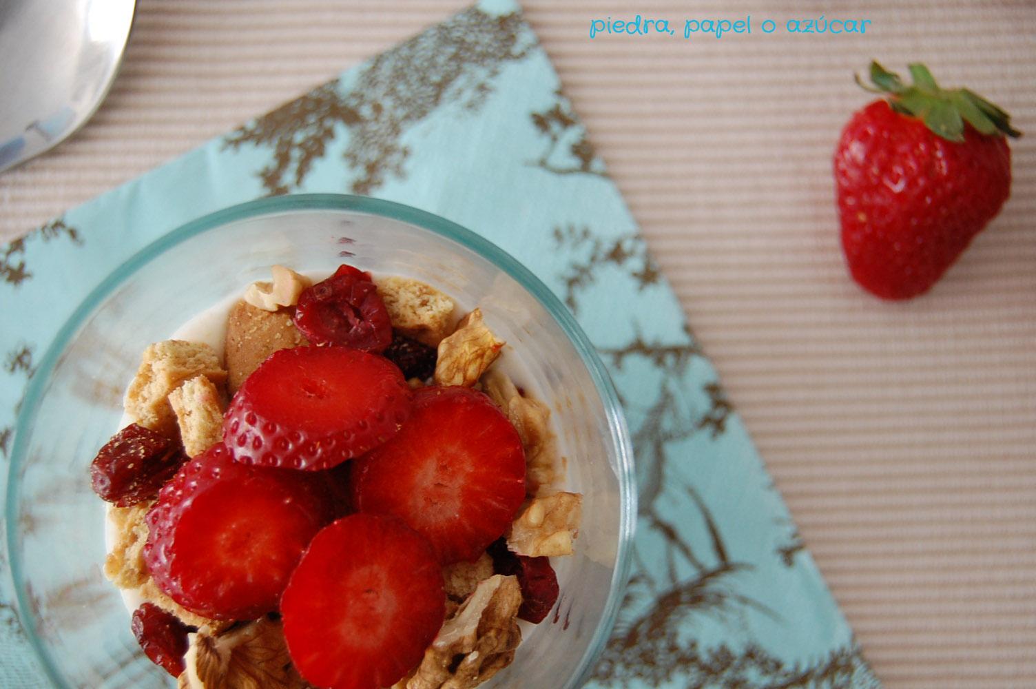 Vasitos de yogur con fresas ar ndanos y nueces piedra papel o az car - Fresas para piedra ...