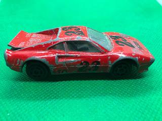 フェラーリ GTO のおんぼろミニカーを側面から撮影