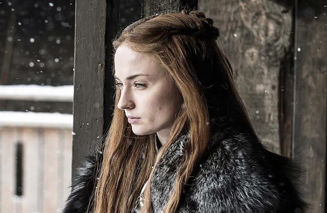 Durante entrevista ao InStyle, a atriz Sophie Turner responsável por dar vida a Sansa na série Game of Thrones da HBO, disse que foi proibida de lavar o cabelo durante o período de gravação. Ela conta que na temporada final teve que utilizar peruca para poder continuar a lavar o cabelo.