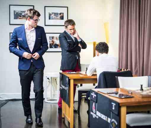Ronde 2 : Magnus Carlsen jette un coup d'oeil sur la position difficile d'Aronian - Photo © Lennart Ootes