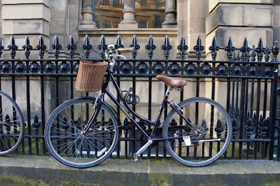 Edinburgh%2Bbicycle%2B%25281%2529 Edinburgh reflections: daffodiles, black bins, sightseeing, tv, plane food etc