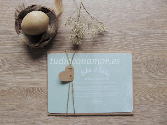 Invitación de boda bonita en color mint con sobre marrón de papel reciclado y etiqueta con cordón natural
