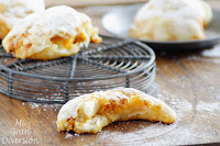Ensaimadas rellenas de sobrasada, queso y miel