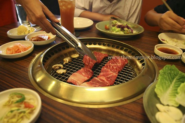 Seng galbi being grilled
